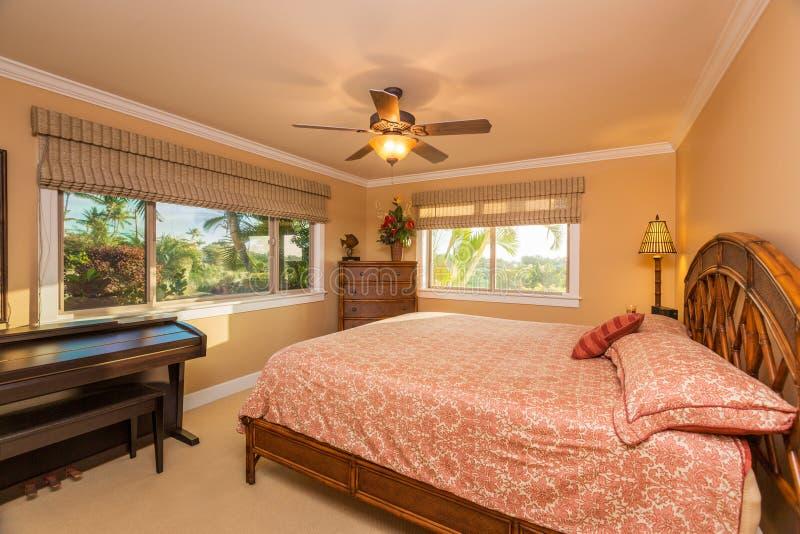 Bel intérieur de chambre à coucher dans la nouvelle maison de luxe, photographie stock libre de droits