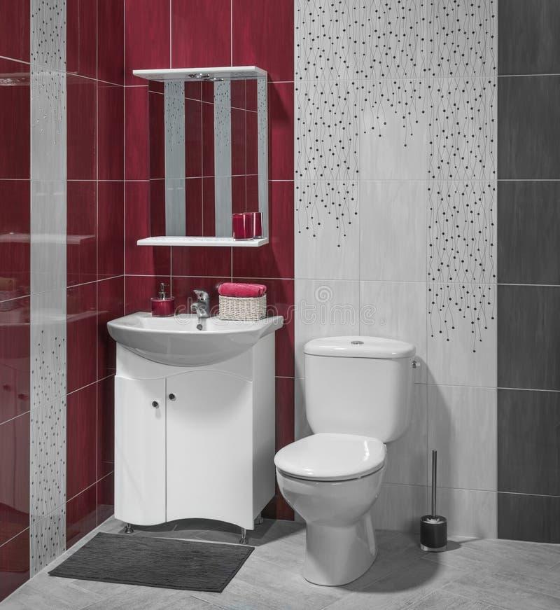 Bel intérieur de salle de bains moderne avec l'évier et la toilette image libre de droits