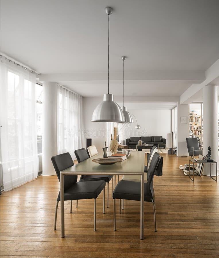 Bel intérieur de salon avec des planchers en bois dur images stock