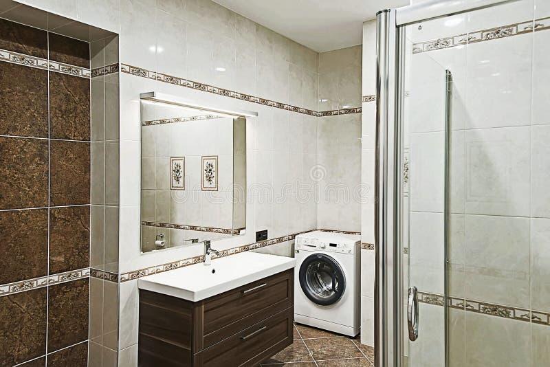 Bel intérieur moderne de salle de bains de style images stock