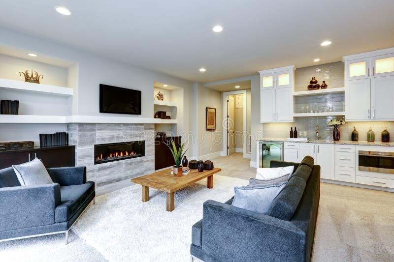 Bel intérieur moderne de salon avec le mur en pierre et le firepl photos stock
