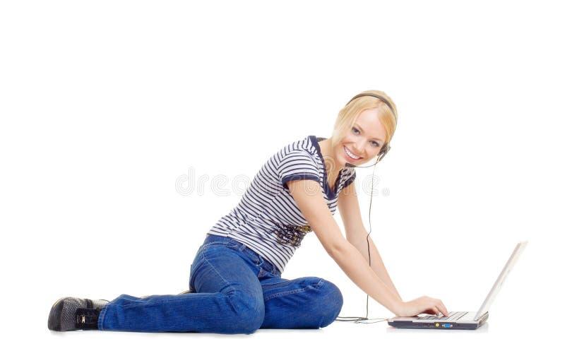 bel ordinateur portatif utilisant des jeunes de femme photographie stock