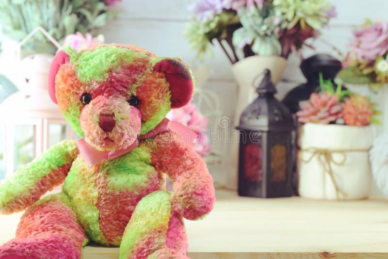 Bel ours de nounours de décoration intérieure avec différents objets relatifs à la maison image stock