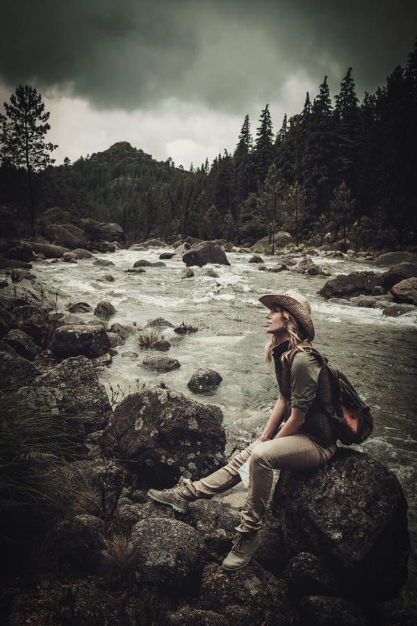 Bel randonneur de femme près de rivière sauvage de montagne image libre de droits