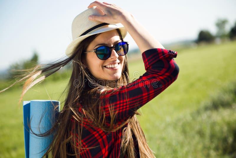 Bel randonneur de jeune femme marchant sur la route images stock