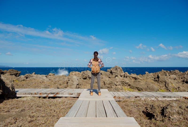 Bel randonneur féminin élégant se tenant sur le chemin photo libre de droits