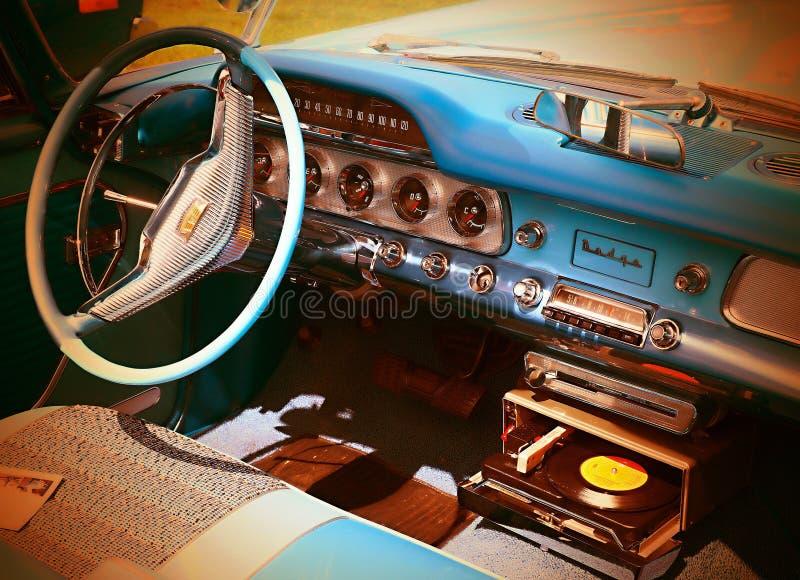 Bela e elegante cabine de um carro velho fotos de stock