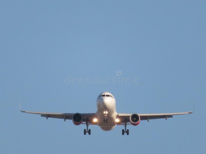 Bela foto de um avião pousando no aeroporto tomando terra fotos de stock