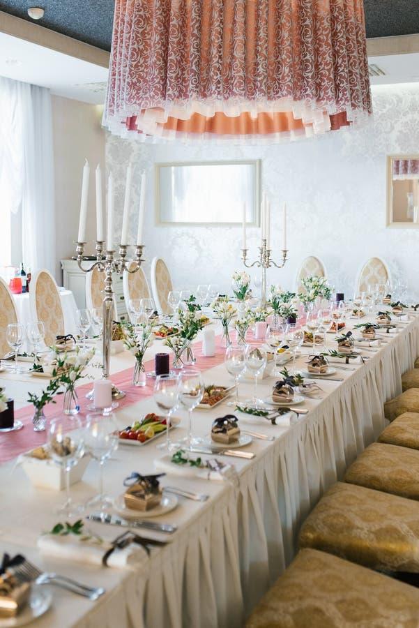 Bela mesa de casamento de Banquet festiva com buquetes de eustoma branco fotografia de stock