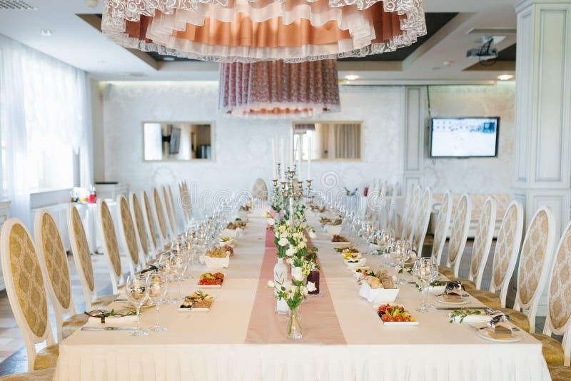 Bela mesa de casamento de Banquet festiva com buquetes de eustoma branco imagens de stock royalty free