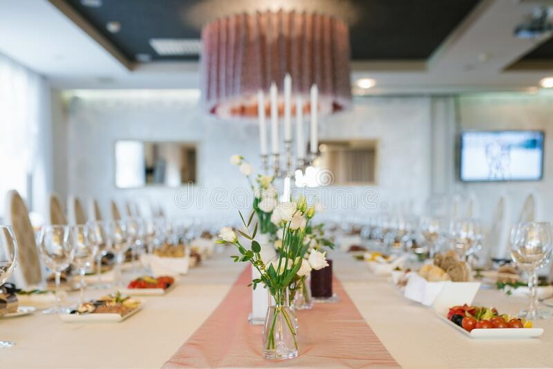 Bela mesa de casamento de Banquet festiva com buquetes de eustoma branco fotos de stock