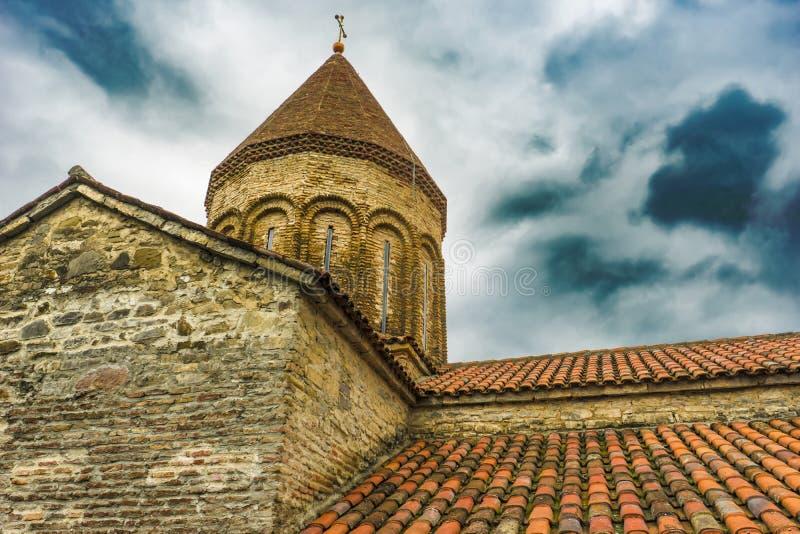 Belade med tegel tak av den medeltida templet, Ananuri fästningkomplex royaltyfri fotografi