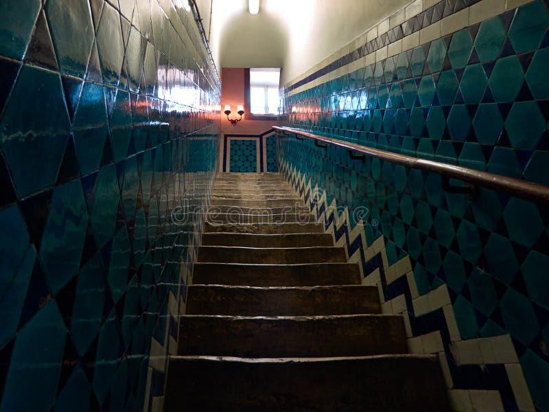 Belagd med tegel antik trappuppgång arkivbild