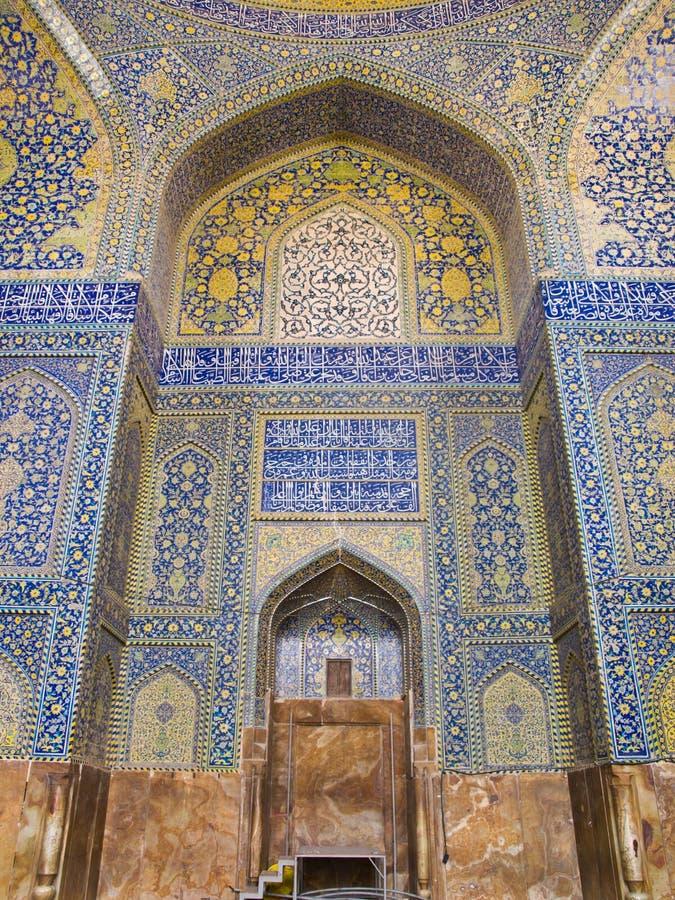 Belagd med tegel bakgrund, orientaliska prydnader från schahmoské i Isfahan arkivfoto