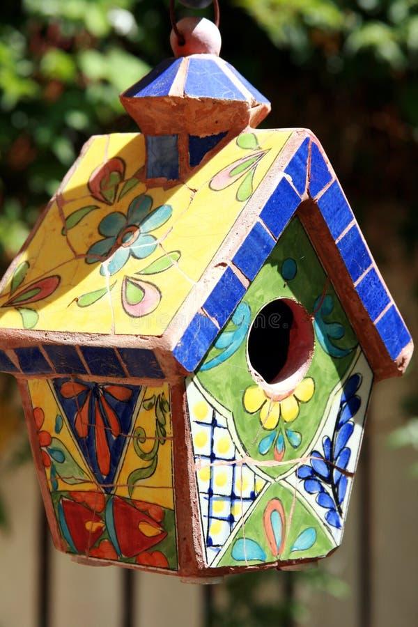 belagd med tegel birdhouse arkivbild