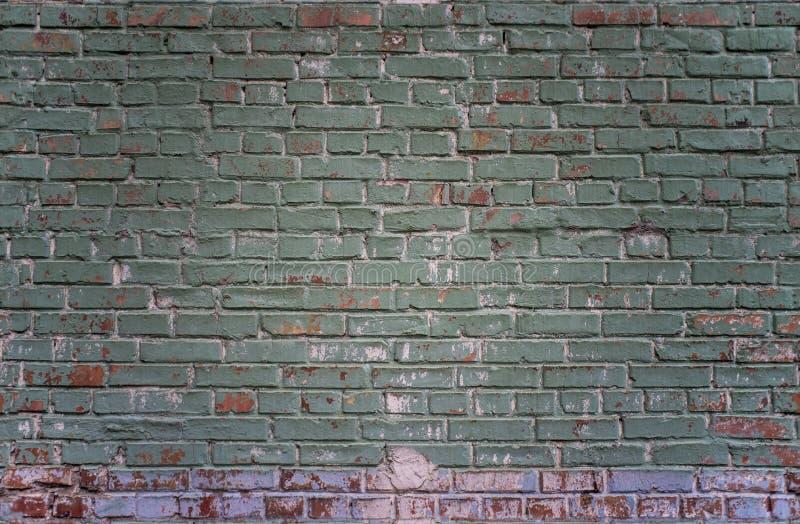 Belagd med tegel för grön för grunge industriell bakgrund för vägg och röd tegelsten i Kyiv, Ukraina royaltyfri bild