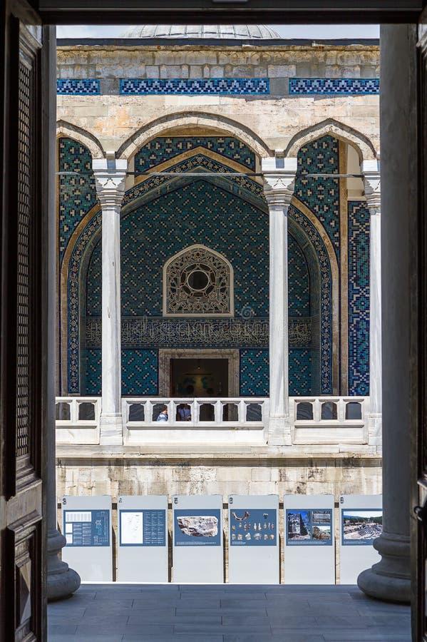 Belagd med tegel passage i Sultan Ahmed Mosque, Istanbul, Turkiet, Asien royaltyfri foto
