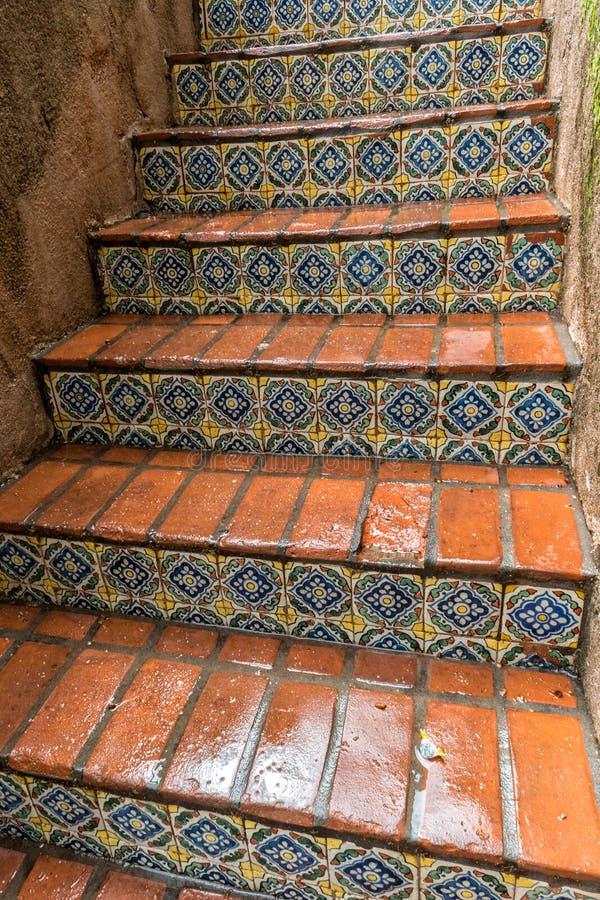 Belagd med tegel trappa, Tlaquepaque i Sedona, Arizona royaltyfri fotografi