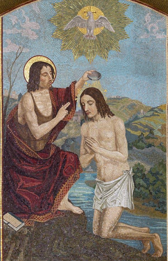 BELAGGIO, ITÁLIA - 10 DE MAIO DE 2015: O mosaico do Batismo de Jesus na igreja Chiesa di San Giacomo pela escola veneziana foto de stock royalty free