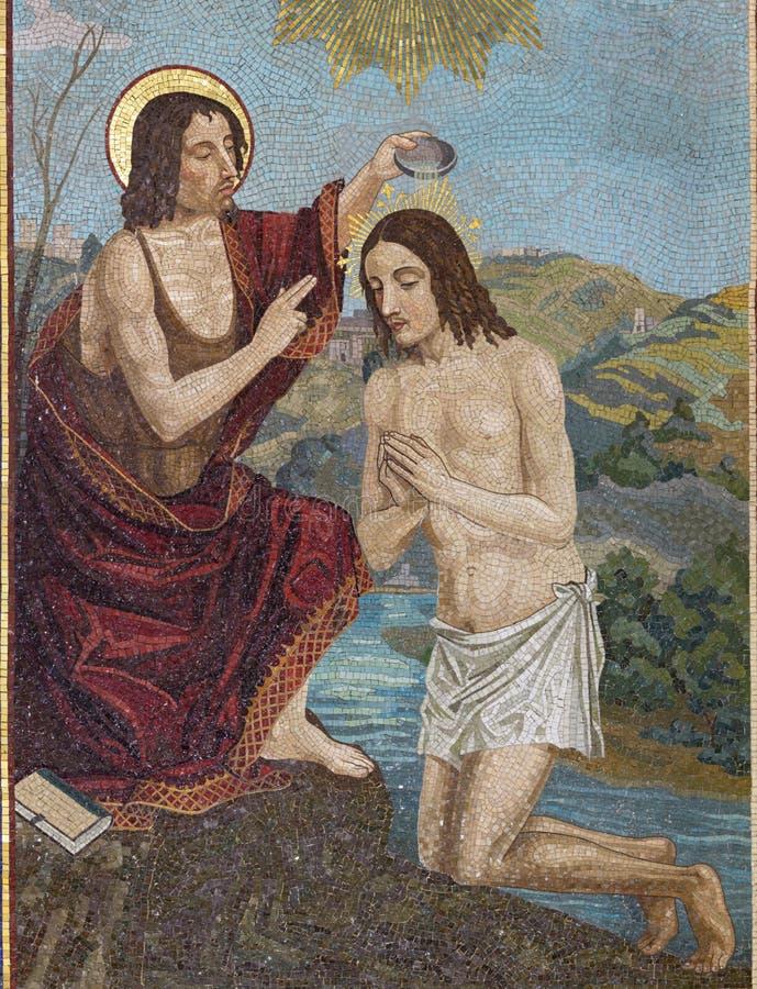 BELAGGIO, ITÁLIA - 10 DE MAIO DE 2015: O mosaico do Batismo de Jesus na igreja Chiesa di San Giacomo pela escola veneziana imagem de stock