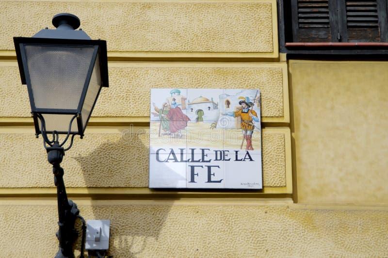 Belagt med tegel Calle de la fe tecken av Madrid royaltyfri fotografi