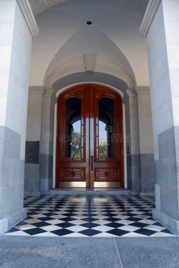 belagt med tegel dörrtillträde royaltyfri foto