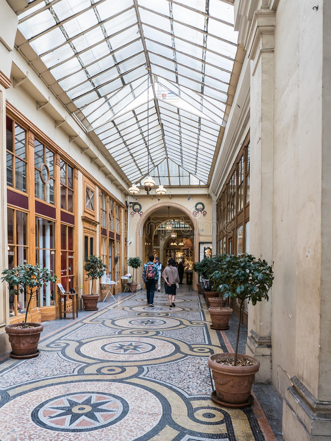Belagt med tegel golv och glass tak av Galerie Vivienne, Paris arkivfoton