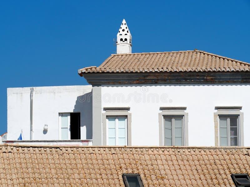 Belagt med tegel tak med vita byggnader i Faro Portugal arkivbild