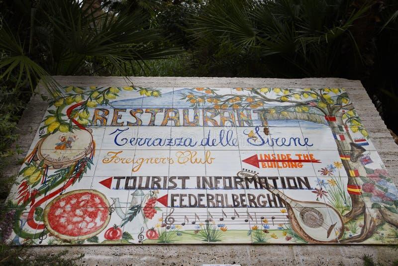 Belagt med tegel tecken för punkten för turist- information i Sorrento Italien arkivbild