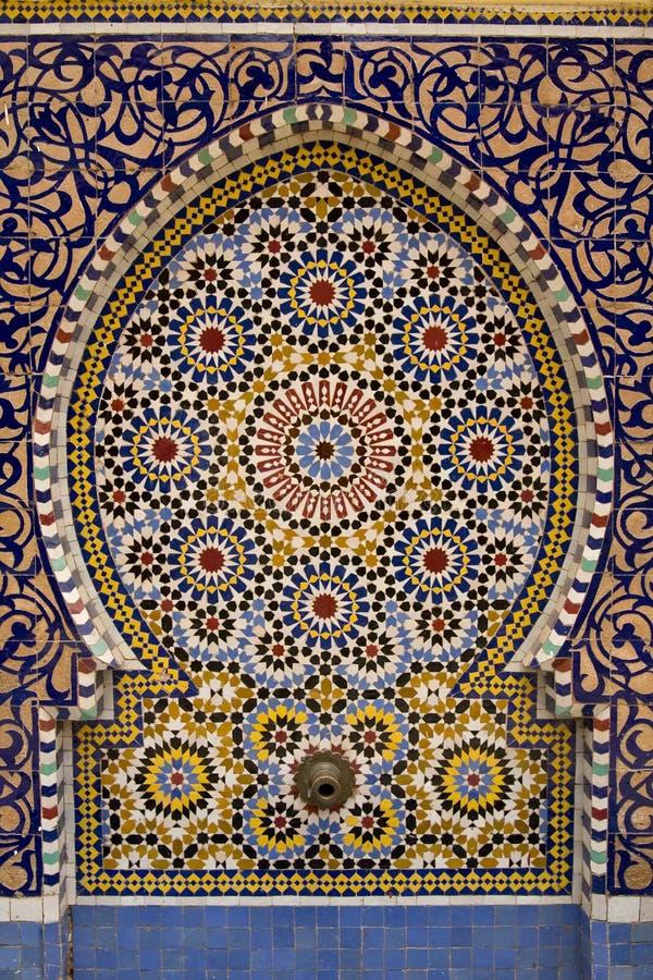 belagt med tegel typisk för springbrunn moroccan royaltyfria bilder