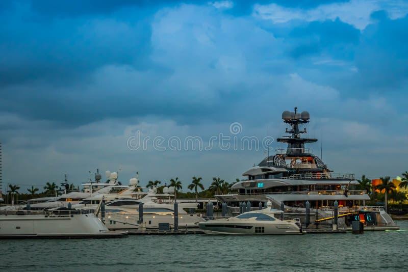 Belamente e barco enorme de propriedade privada em Miami, Florida imagens de stock royalty free