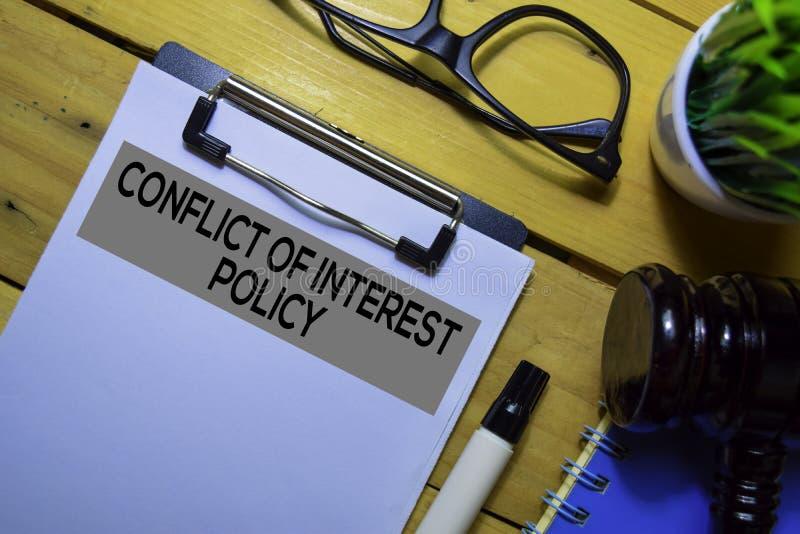 Belangenconflict Beleidstekst op documentformulier en Gavel op kantoor stock foto