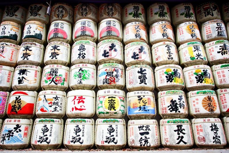 Belangenvaten bij de ingang aan meijiheiligdom worden gestapeld Tokyo dat stock afbeelding