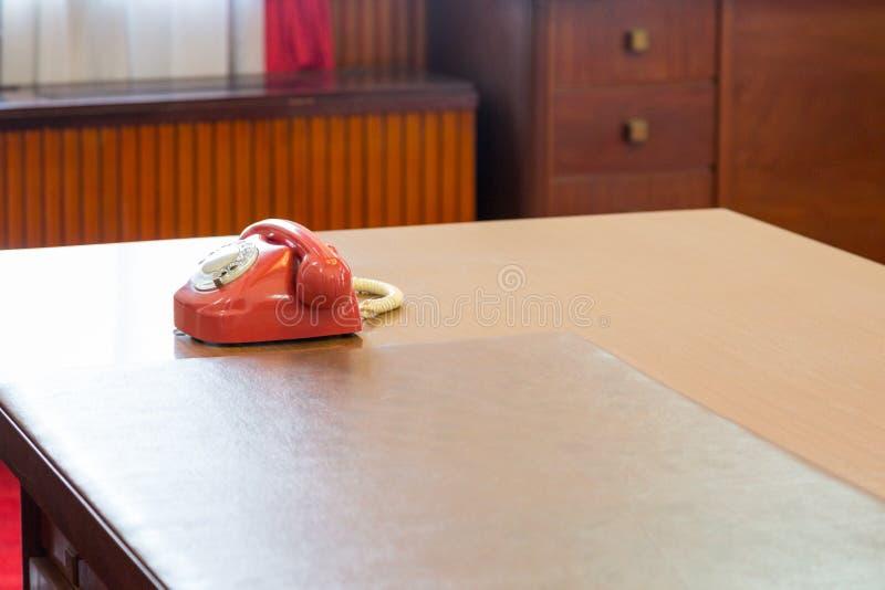 Belangrijke rode uitstekende telefoon op een schoon bureau stock foto's