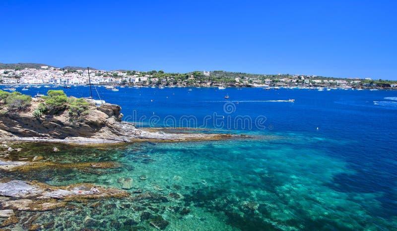 Belangrijkst standpunt van de baai en het dorp van Cadaques, van de rotsen `, Costa Brava, Middellandse Zee, Catalonië, Spanje va royalty-vrije stock foto's