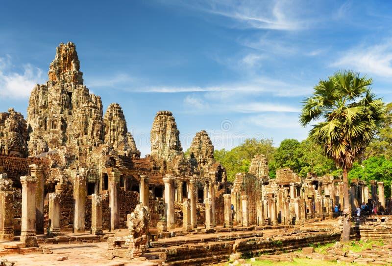 Belangrijkst standpunt van oude Bayon-tempel in Angkor Thom in avondzon stock fotografie