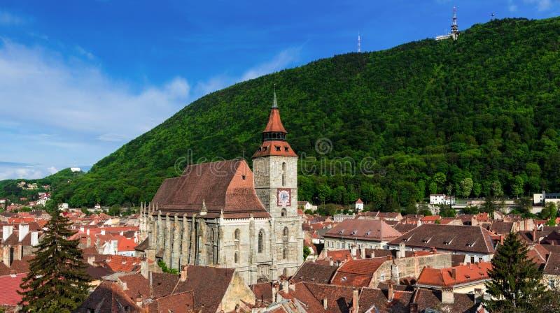 De zwarte Kerk en berg van Tamper, Brasov, Roemenië stock foto