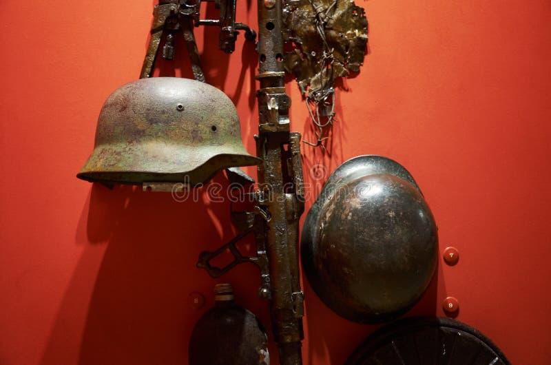 belarus Fortaleza de Bresta Exibição do museu da defesa do Fortaleza-herói de Bresta Capacetes da segunda guerra mundial possa imagens de stock