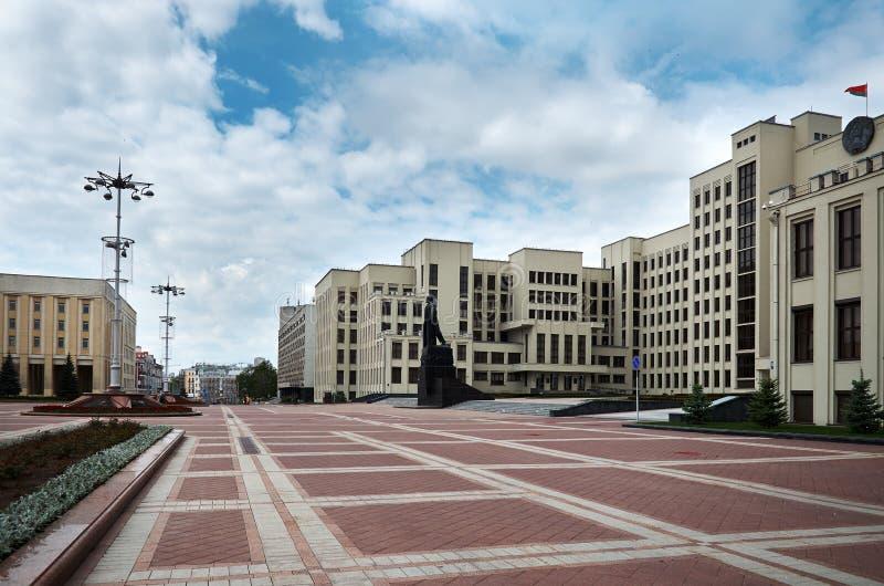 belarus La costruzione della Camera di governo a Minsk Il monumento a Lenin vicino alla costruzione della Camera di governo MA immagine stock libera da diritti