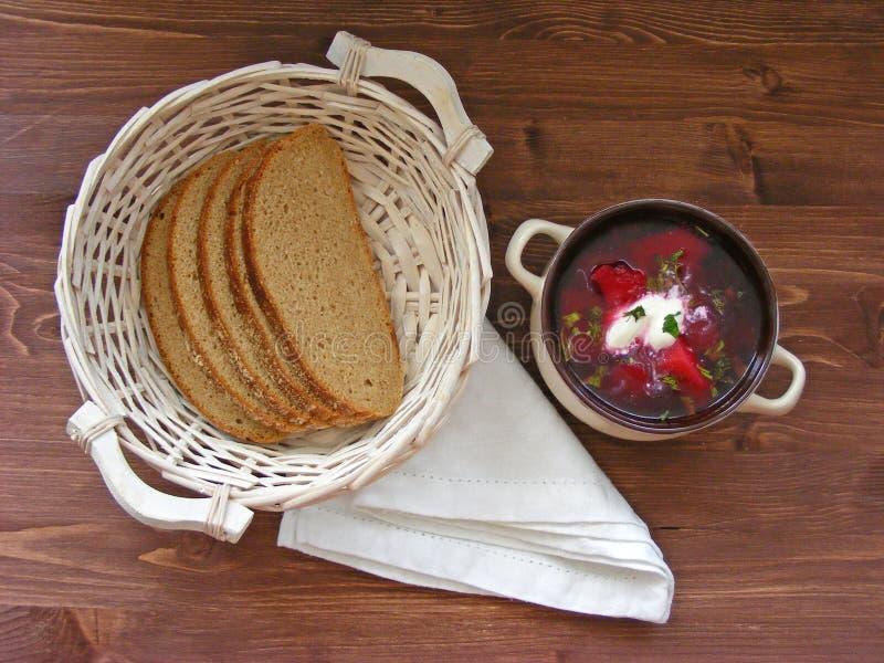 Belarussian, för ukrainare och för ryss traditionell kokkonst: nationell röd borschlägenhetsikt på trätappningbakgrund royaltyfria bilder