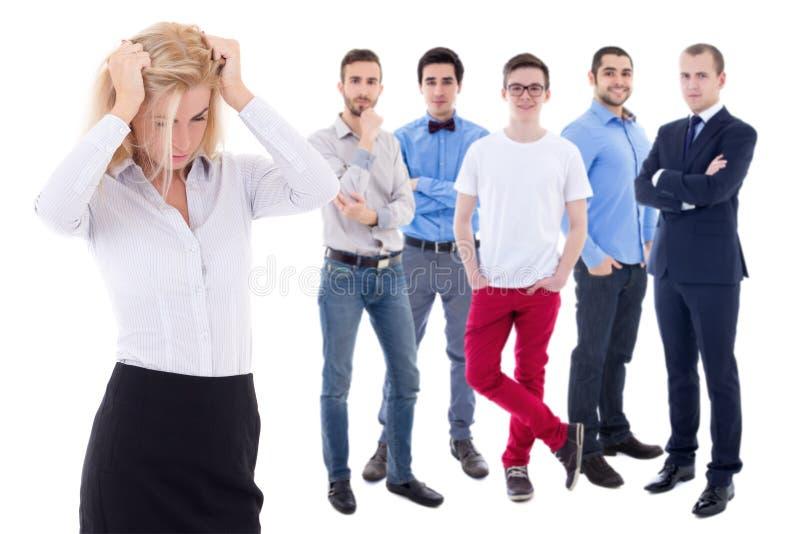 Belasta arbetsbegreppet - stressad affärskvinna och hennes kollegor royaltyfri bild