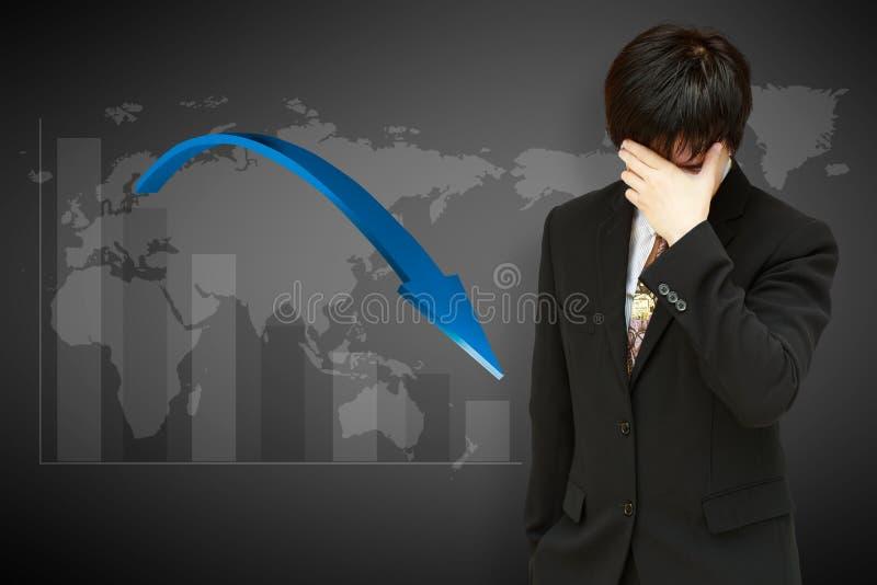 Belastad affärsman med den låga finansiella grafen royaltyfria foton