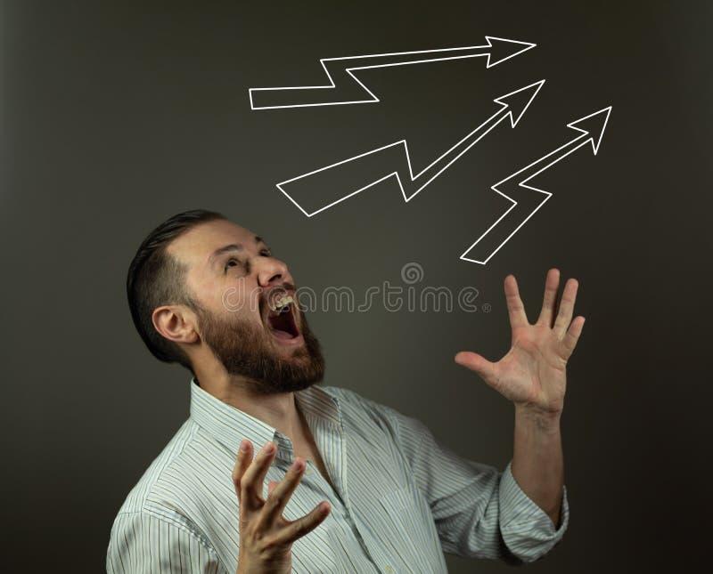 belastad aff?rsman Caucasian man som yeling och drar hår Ilsken affär fotografering för bildbyråer