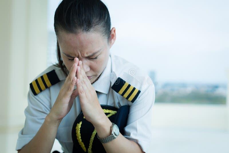 Belastad ut kvinnlig pilot som oroas på arbete royaltyfri bild