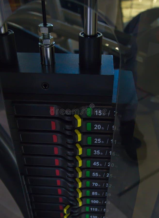 Belasten Sie Stapelsimulator mit Schalternahaufnahme in der Turnhalle, unterschiedliches Gewicht lizenzfreie stockfotos