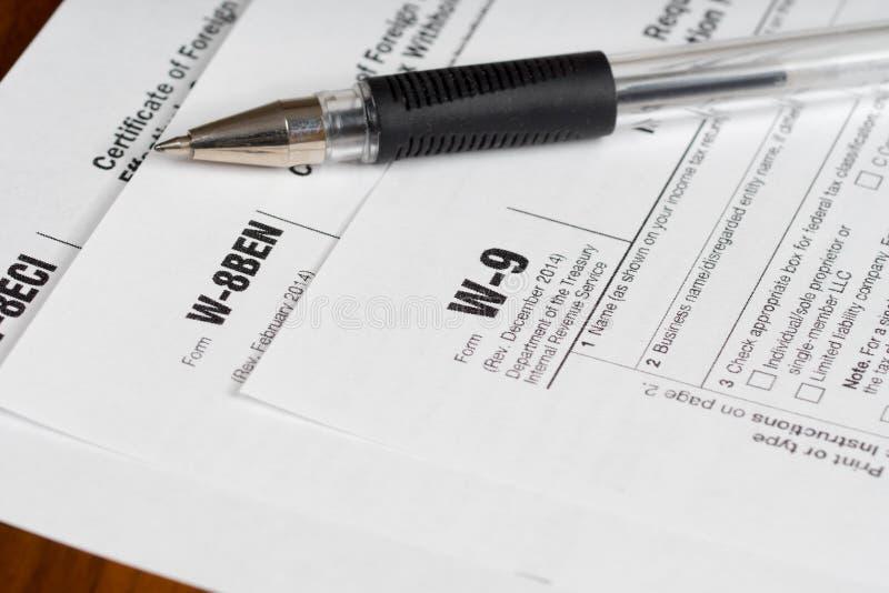 Belasting rapporteringsvormen met zwarte pen stock afbeeldingen