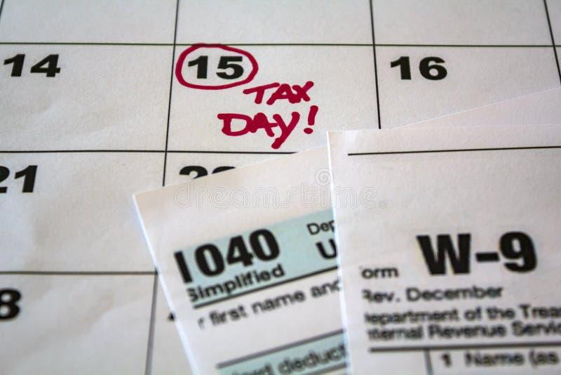 Belastingsdag duidelijk op kalender en belastingsvormen royalty-vrije stock foto