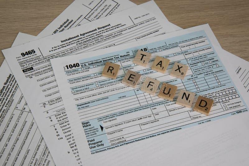 Belastingsvormen aan DossierInkomstenbelasting aan een Terugbetaling stock afbeelding