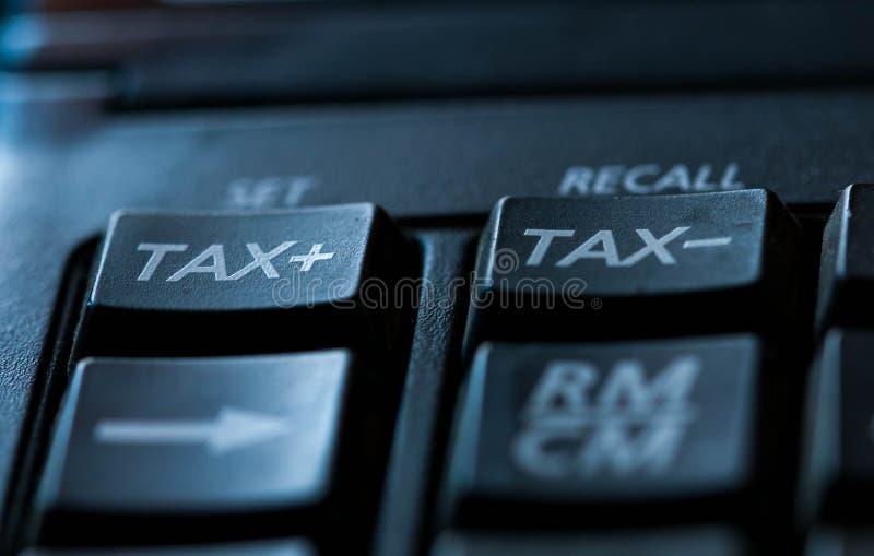 Belastingswoord op gebruikte calculator, conceptueel beeld van stijgende belastingen stock fotografie
