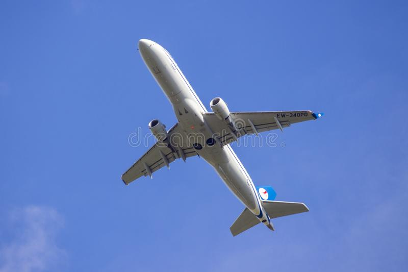 Belavia Embraer ERJ-175LR start i Minsk royaltyfria foton